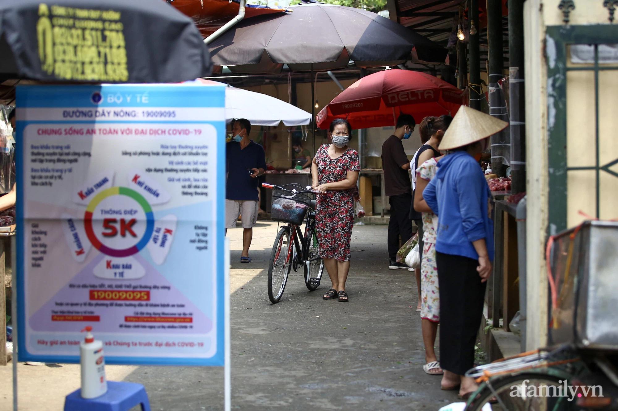 Ấn tượng với khu chợ dân sinh đầu tiên ở Hà Nội quây tấm nilon phòng dịch COVID-19, tiểu thương chia ca đứng bán theo ngày chẵn, lẻ - Ảnh 16.
