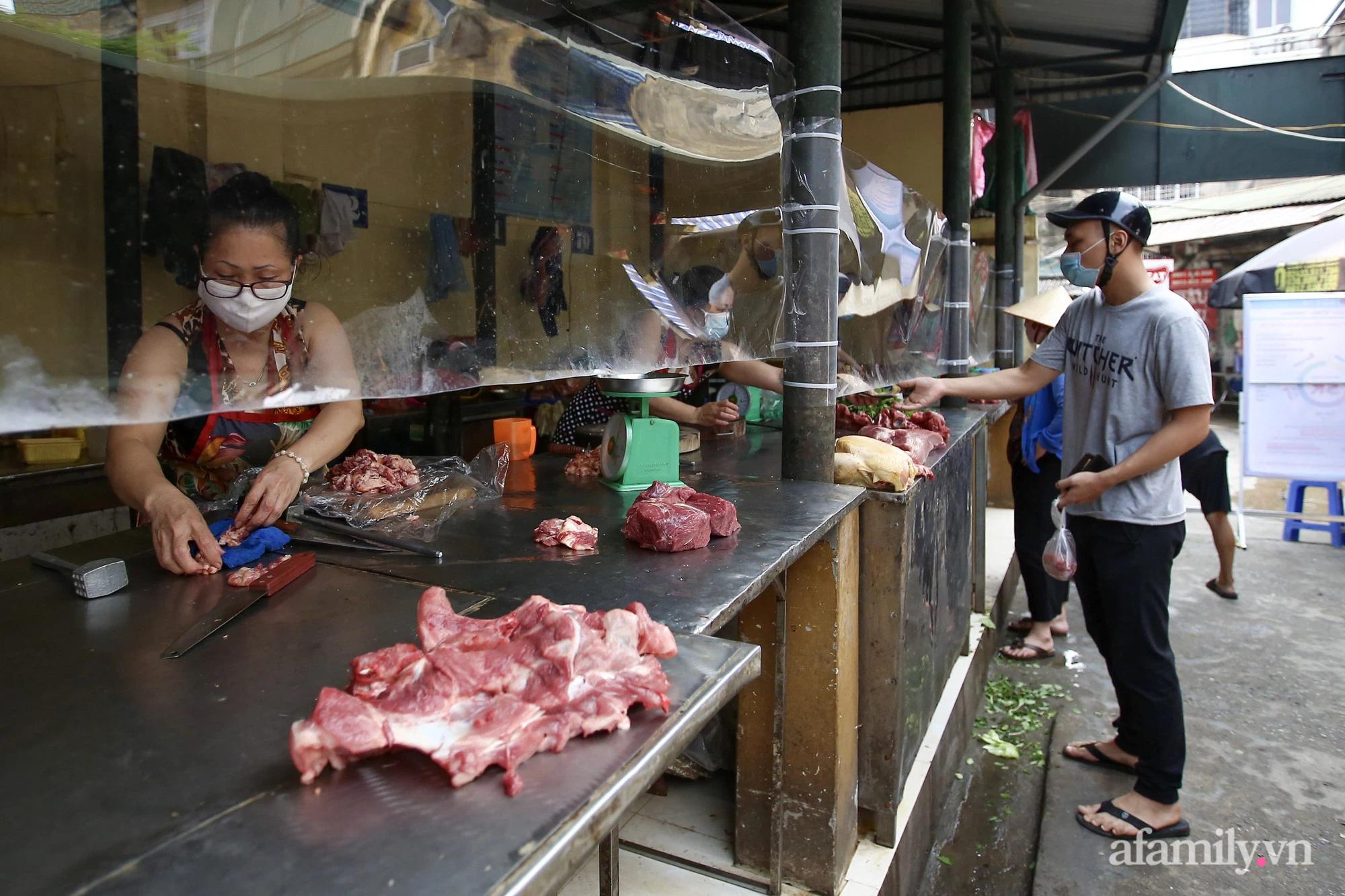 Ấn tượng với khu chợ dân sinh đầu tiên ở Hà Nội quây tấm nilon phòng dịch COVID-19, tiểu thương chia ca đứng bán theo ngày chẵn, lẻ - Ảnh 17.