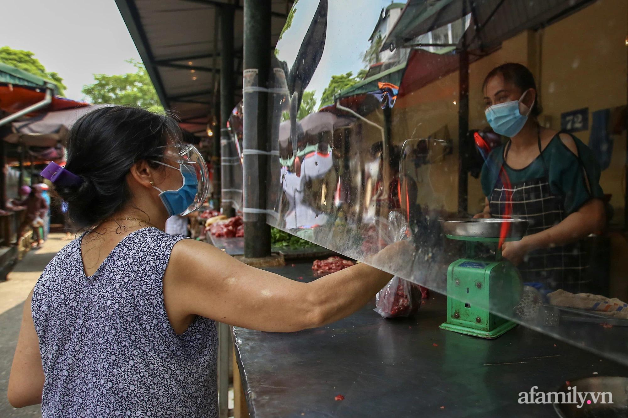 Ấn tượng với khu chợ dân sinh đầu tiên ở Hà Nội quây tấm nilon phòng dịch COVID-19, tiểu thương chia ca đứng bán theo ngày chẵn, lẻ - Ảnh 18.