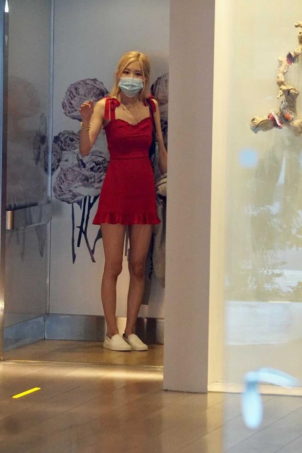 """Cùng đụng váy: Rosé khoe chân dài siêu thực, Tiffany """"cưa sừng làm nghé"""" nhẹ còn lấp ló lộ nội y - Ảnh 1."""