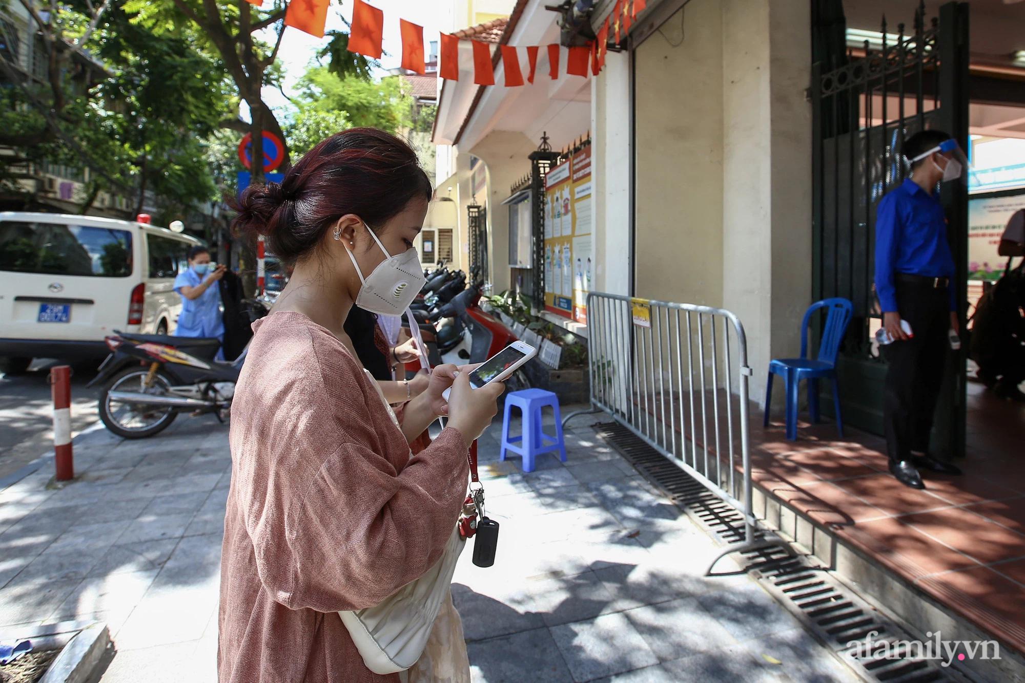 Ngày đầu tiên người dân Hà Nội bắt đầu được tiêm vaccine phòng dịch COVID-19 quy mô lớn nhất lịch sử - Ảnh 1.