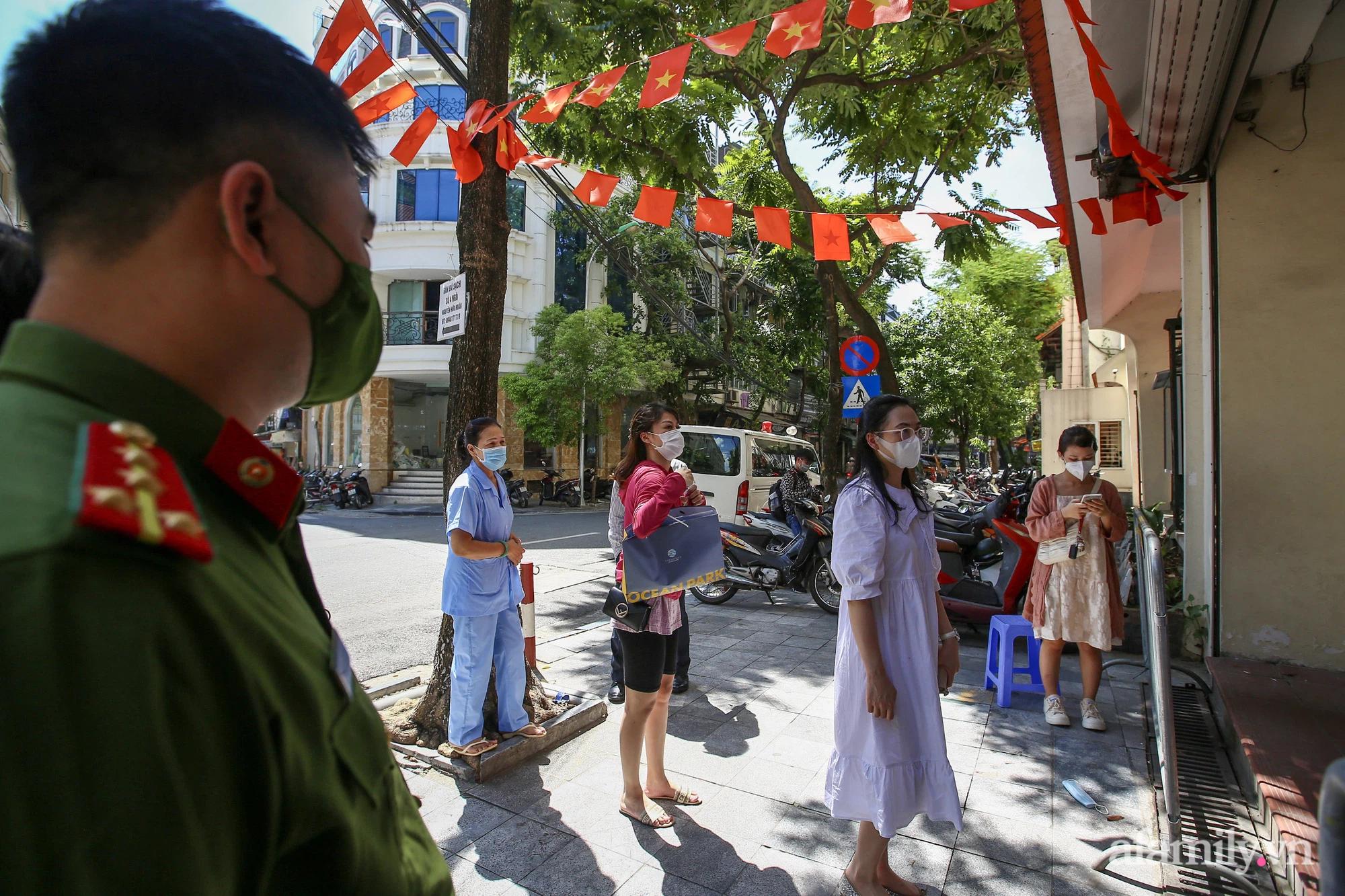 Ngày đầu tiên người dân Hà Nội bắt đầu được tiêm vaccine phòng dịch COVID-19 quy mô lớn nhất lịch sử - Ảnh 2.