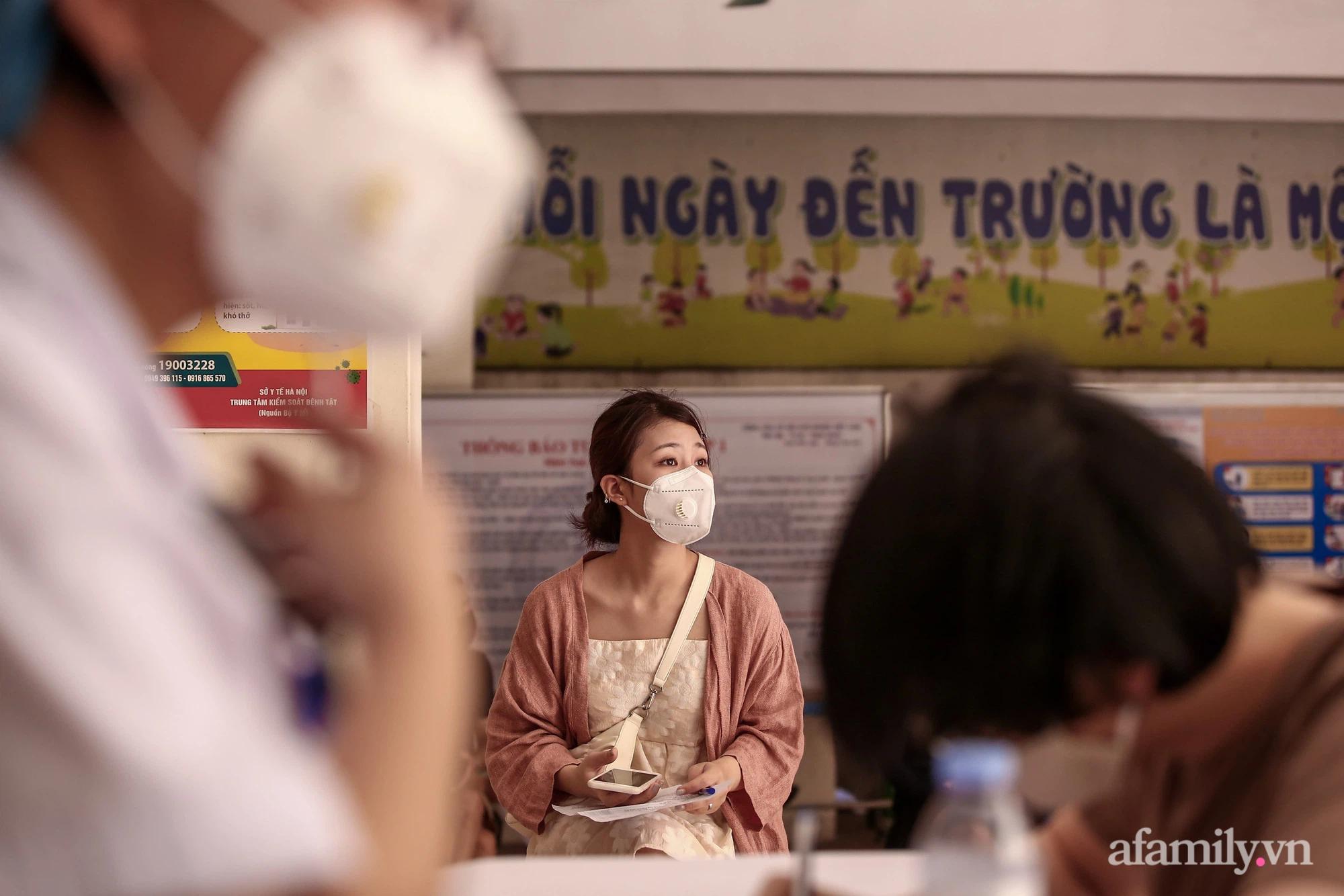 Ngày đầu tiên người dân Hà Nội bắt đầu được tiêm vaccine phòng dịch COVID-19 quy mô lớn nhất lịch sử - Ảnh 3.