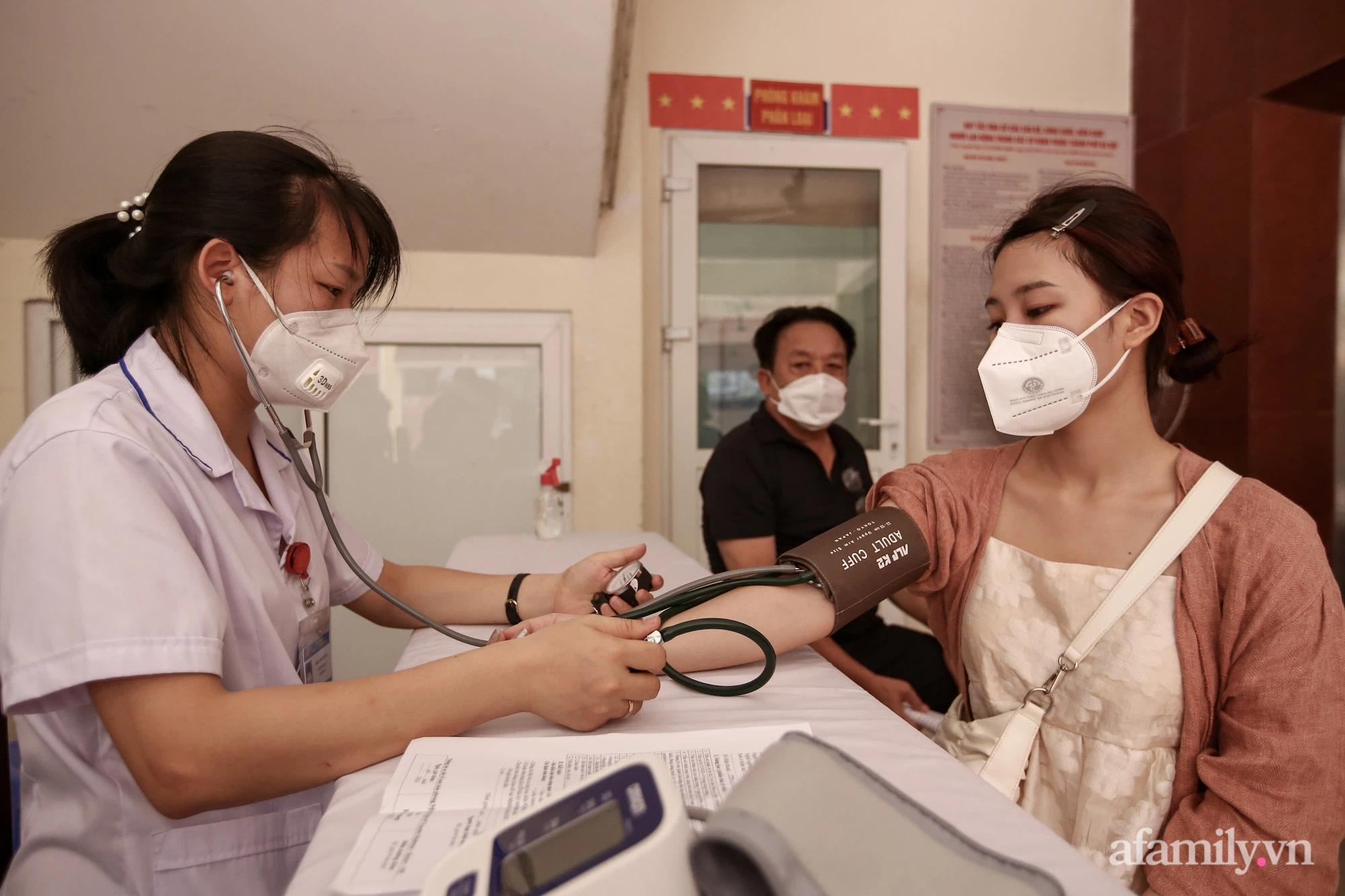 Ngày đầu tiên người dân Hà Nội bắt đầu được tiêm vaccine phòng dịch COVID-19 quy mô lớn nhất lịch sử - Ảnh 4.