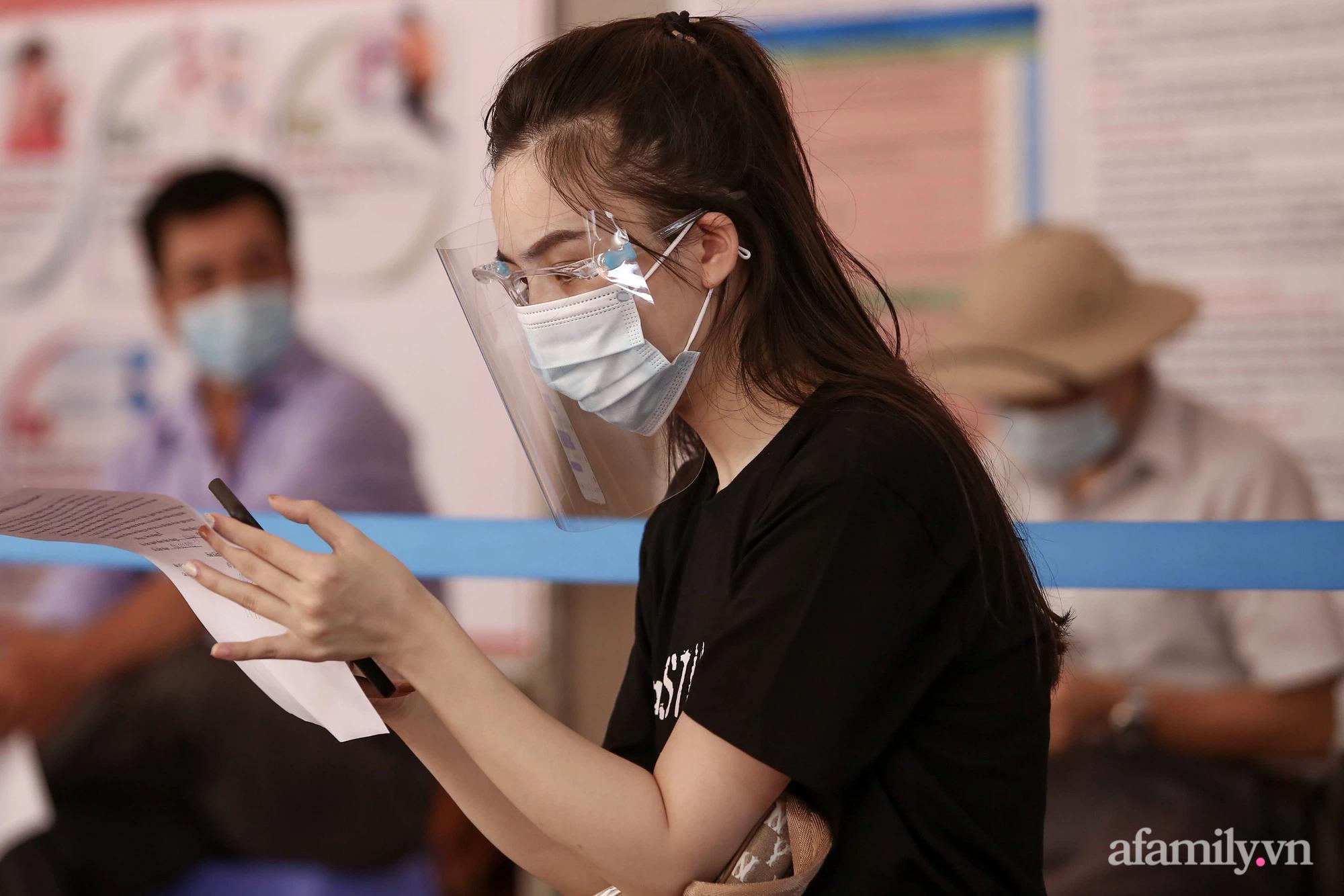 Ngày đầu tiên người dân Hà Nội bắt đầu được tiêm vaccine phòng dịch COVID-19 quy mô lớn nhất lịch sử - Ảnh 6.