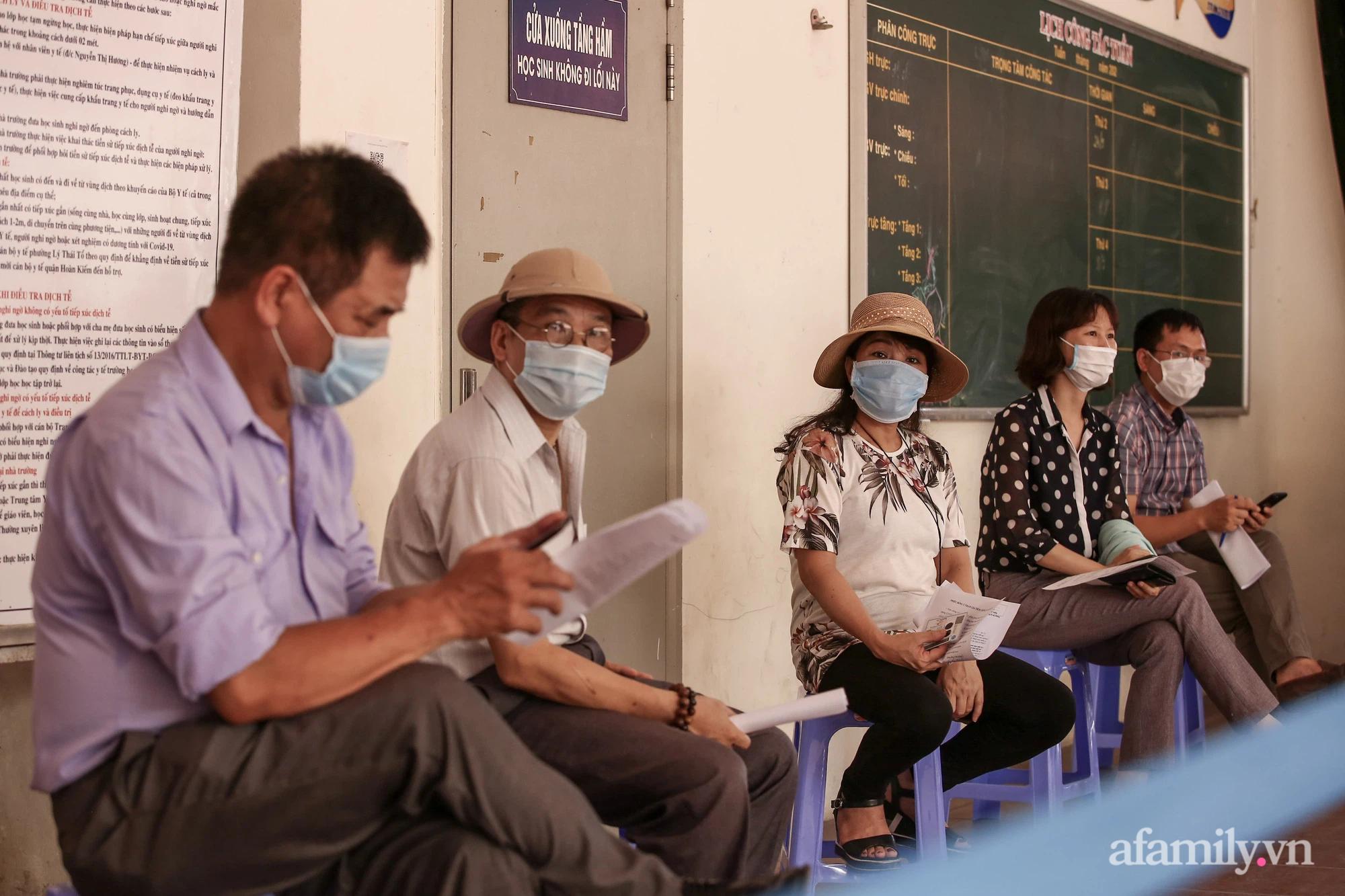 Ngày đầu tiên người dân Hà Nội bắt đầu được tiêm vaccine phòng dịch COVID-19 quy mô lớn nhất lịch sử - Ảnh 5.