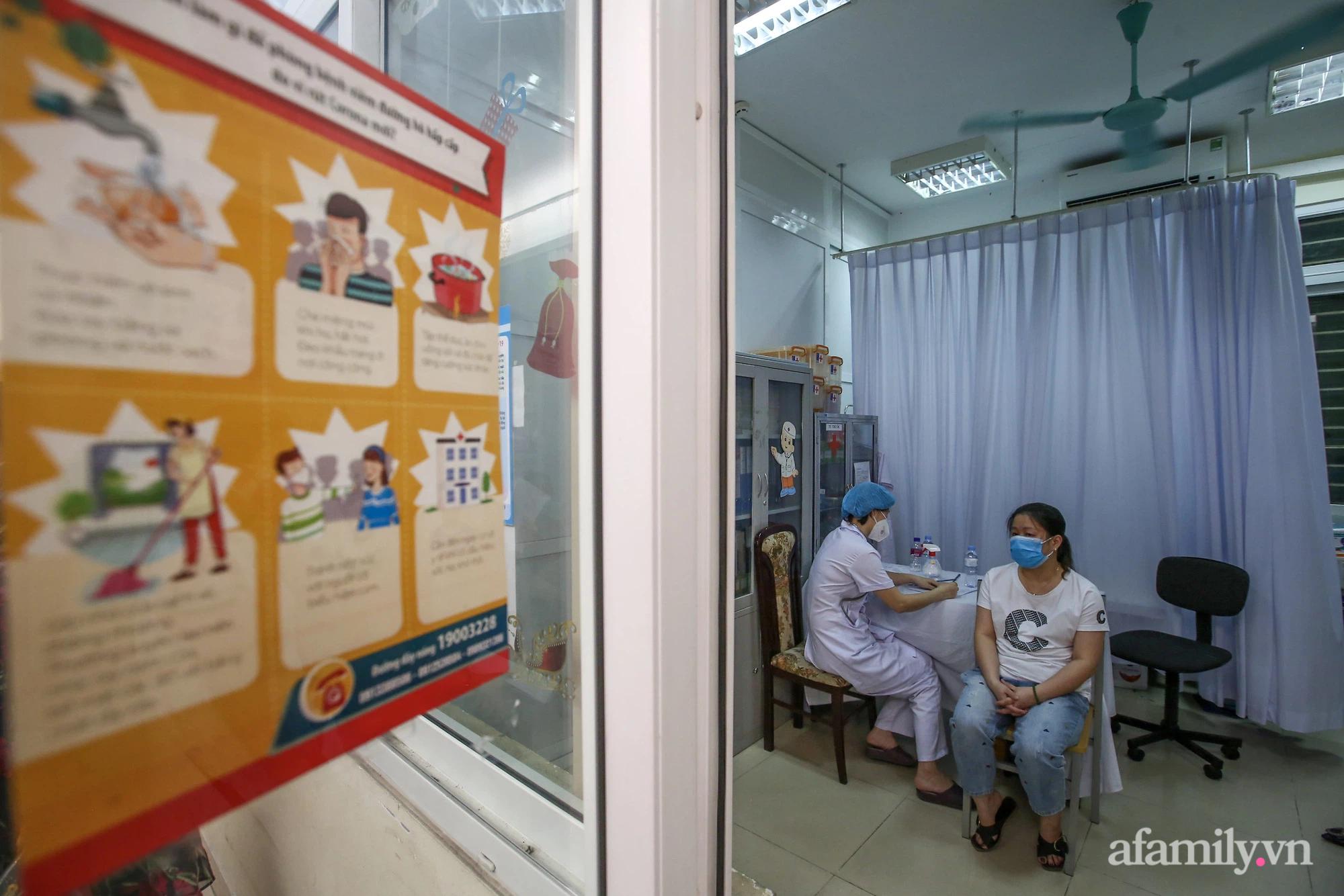 Ngày đầu tiên người dân Hà Nội bắt đầu được tiêm vaccine phòng dịch COVID-19 quy mô lớn nhất lịch sử - Ảnh 8.