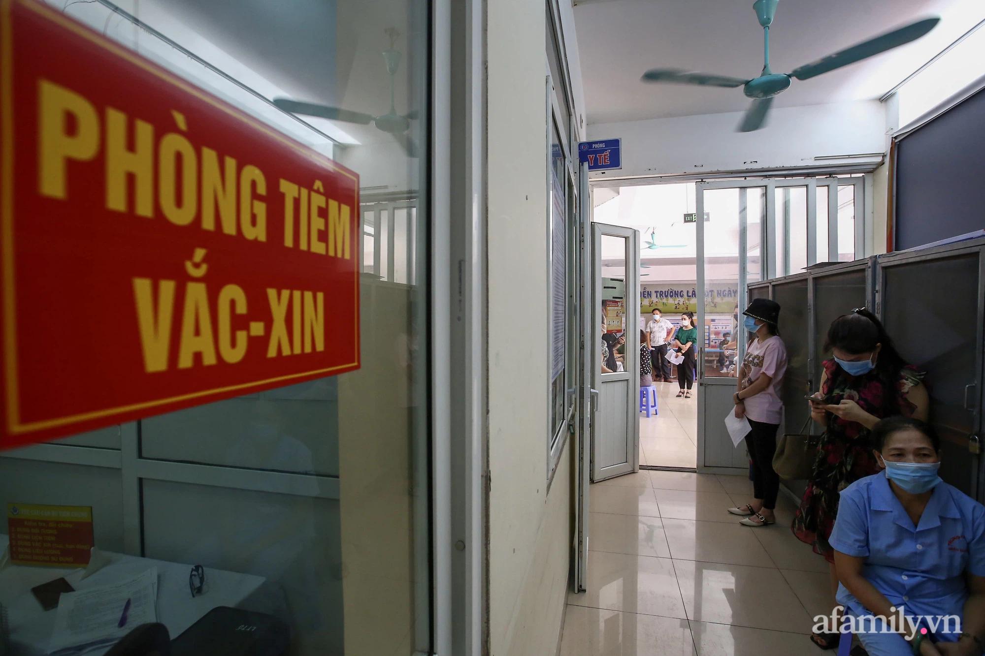 Ngày đầu tiên người dân Hà Nội bắt đầu được tiêm vaccine phòng dịch COVID-19 quy mô lớn nhất lịch sử - Ảnh 9.