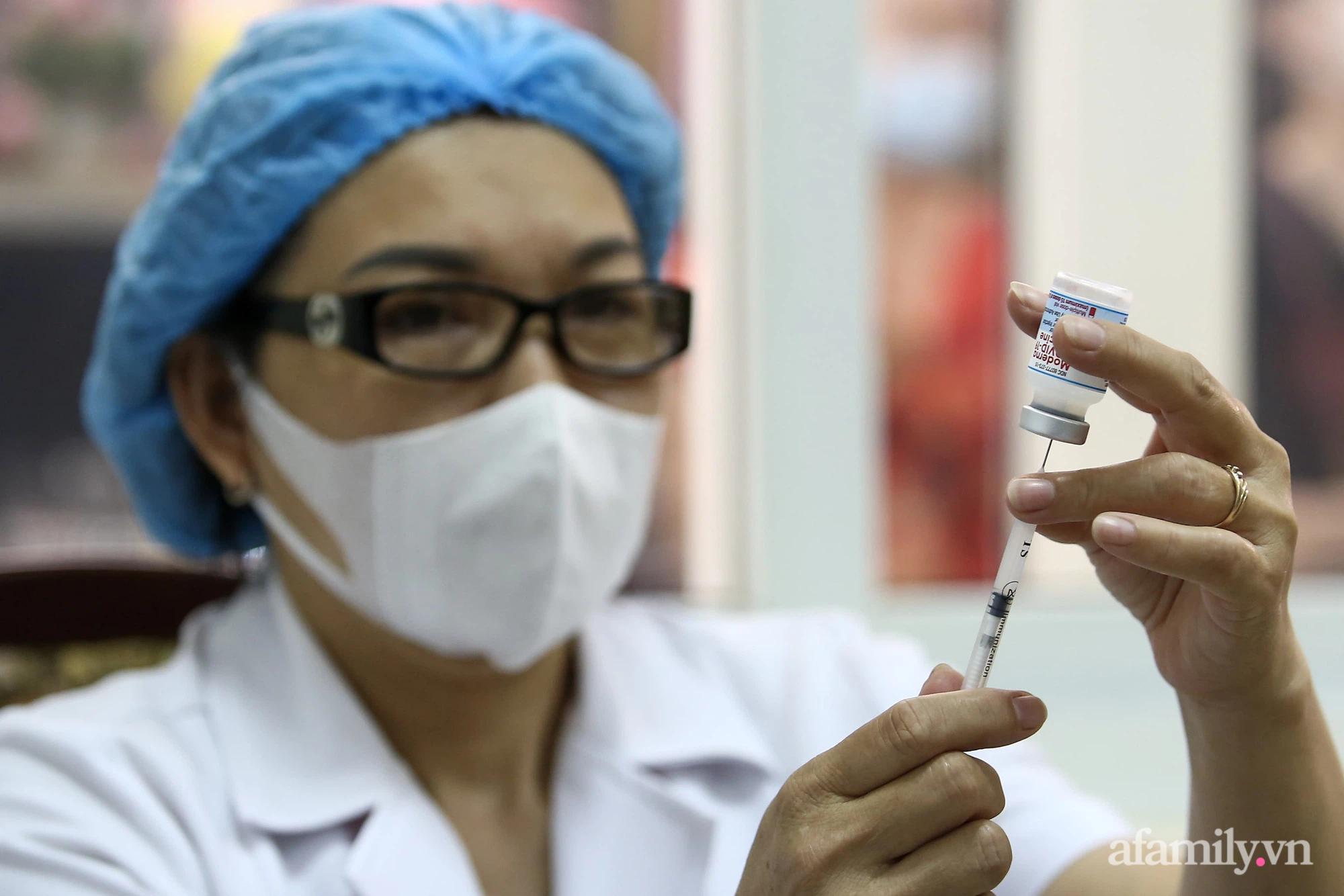 Ngày đầu tiên người dân Hà Nội bắt đầu được tiêm vaccine phòng dịch COVID-19 quy mô lớn nhất lịch sử - Ảnh 10.