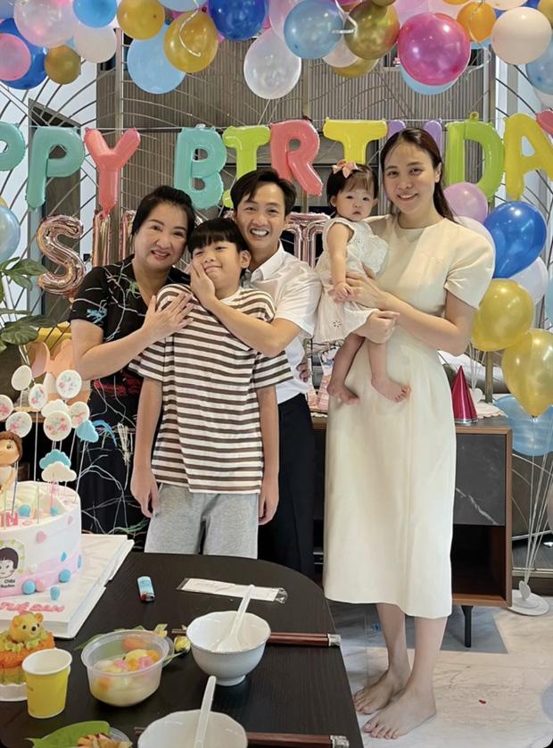 Bà nội đại gia lộ diện bên gia đình Cường Đô La trong sinh nhật 1 tuổi của Suchin, tên thật của bé cũng được hé lộ - Ảnh 2.