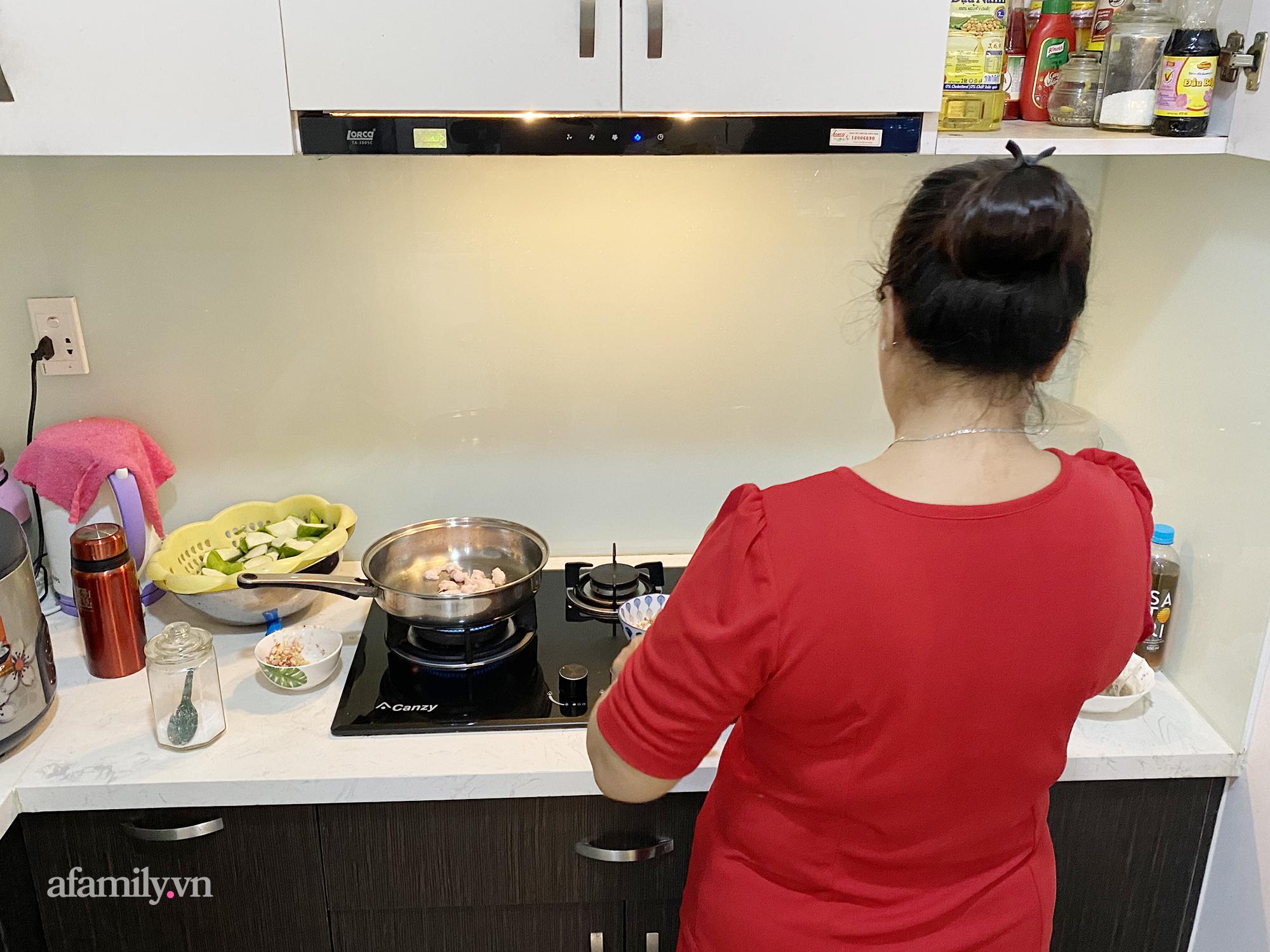 """Ở nhà giãn cách, bà mẹ đau đầu với """"hạm đội"""" 7 người diệt sạch hơn 2kg thịt cho 2 bữa ăn, tiền chợ trước dịch từ 300k thành 700k/ngày - Ảnh 1."""
