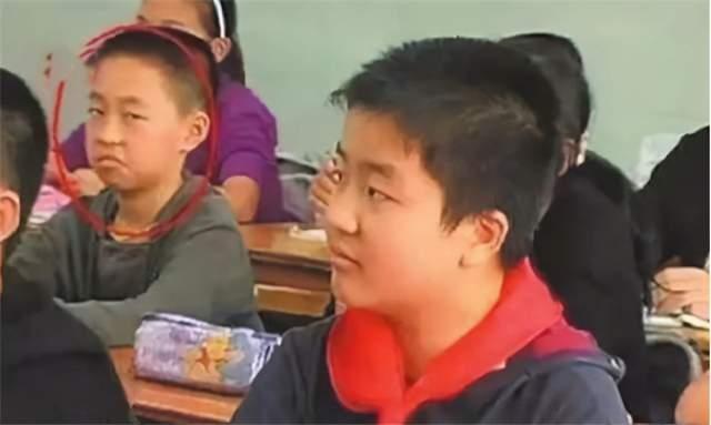 """Cậu bé lườm nguýt bạn cùng lớp trên TV năm ấy: Lột xác ngỡ ngàng sau sóng gió, cuộc sống hiện tại tóm gọn bằng chữ """"đỉnh"""" - Ảnh 1."""