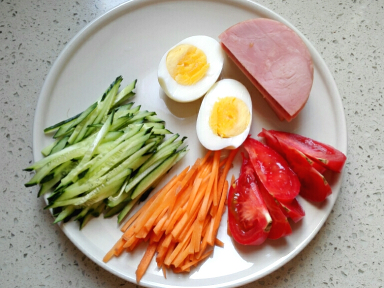 Chỉ 15 phút, ai cũng có thể làm được mì trộn lạnh chuẩn kiểu Hàn đổi món cho bữa tối cuối tuần - Ảnh 4.