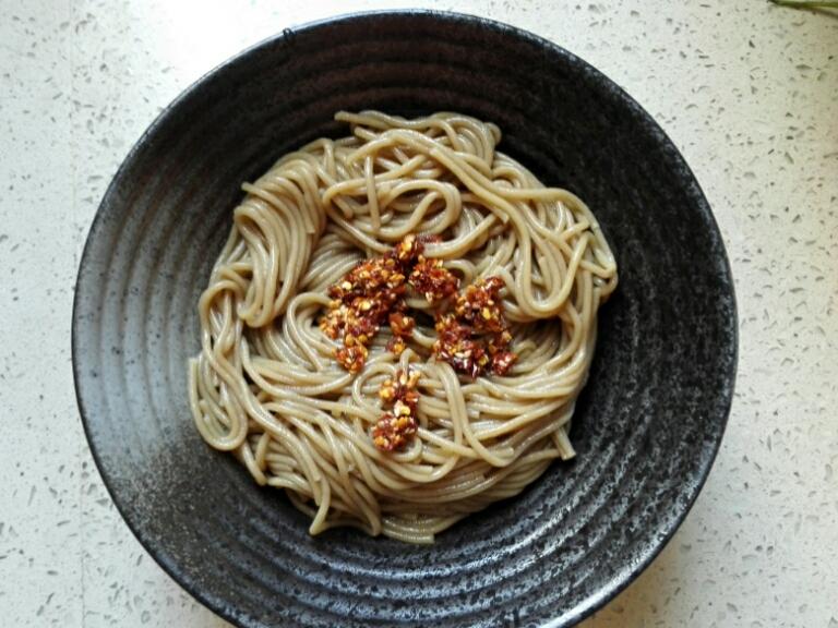 Chỉ 15 phút, ai cũng có thể làm được mì trộn lạnh chuẩn kiểu Hàn đổi món cho bữa tối cuối tuần - Ảnh 5.