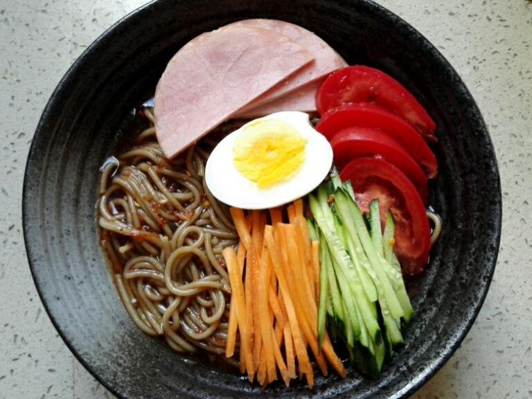 Chỉ 15 phút, ai cũng có thể làm được mì trộn lạnh chuẩn kiểu Hàn đổi món cho bữa tối cuối tuần - Ảnh 9.