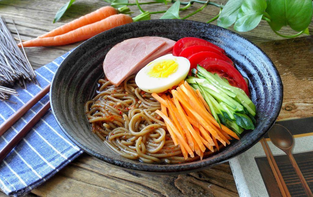 Chỉ 15 phút, ai cũng có thể làm được mì trộn lạnh chuẩn kiểu Hàn đổi món cho bữa tối cuối tuần - Ảnh 10.
