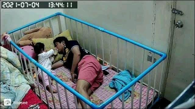 """Giao con cho chồng trông để đi làm, người mẹ check camera thì """"phát hoảng"""" với cảnh tượng ở nhà - Ảnh 2."""