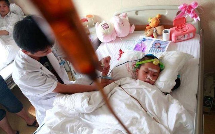 Bé gái 5 tuổi bị ung thư gan do thường xuyên ăn vặt, bác sĩ khuyên hãy từ bỏ 4 món dưới đây