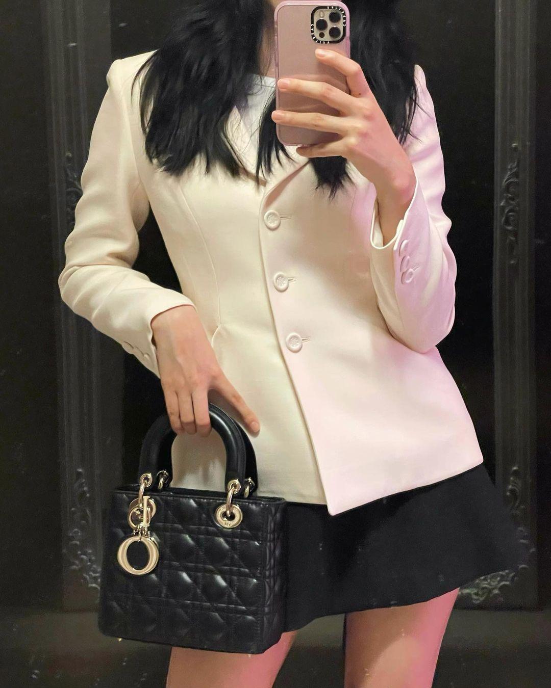 """Đụng áo với Jisoo, Hoa hậu Tiểu Vy lên đồ cá tính hơn hẳn mỹ nhân """"hiền khô"""" của BLACKPINK - Ảnh 5."""