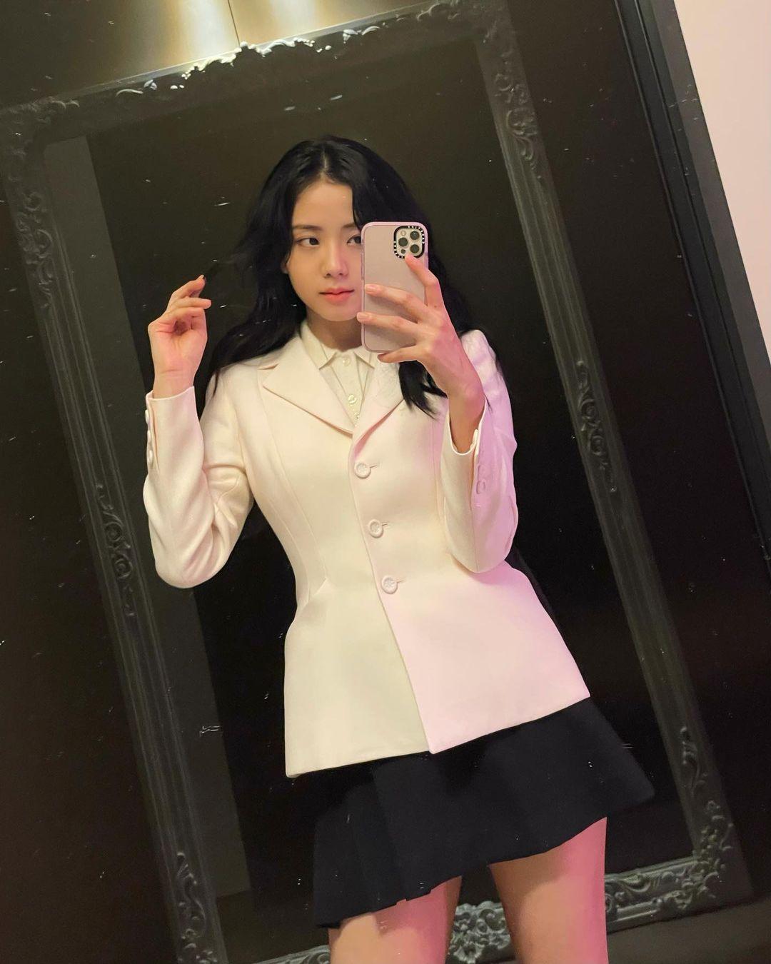 """Đụng áo với Jisoo, Hoa hậu Tiểu Vy lên đồ cá tính hơn hẳn mỹ nhân """"hiền khô"""" của BLACKPINK - Ảnh 4."""