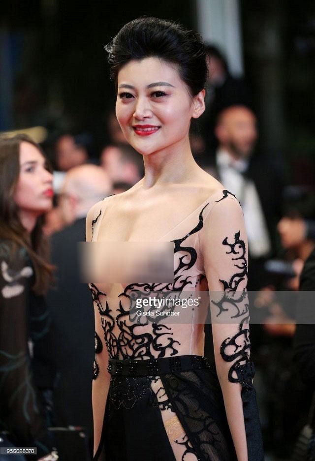"""Loạt khách mời vô danh khiến thảm đỏ Cannes """"dậy sóng"""": Ăn mặc lố lăng, có người còn uốn éo khoe luôn vòng 1 - Ảnh 14."""