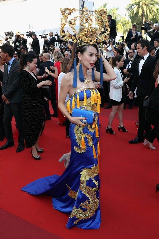 """Loạt khách mời vô danh khiến thảm đỏ Cannes """"dậy sóng"""": Ăn mặc lố lăng, có người còn uốn éo khoe luôn vòng 1 - Ảnh 19."""