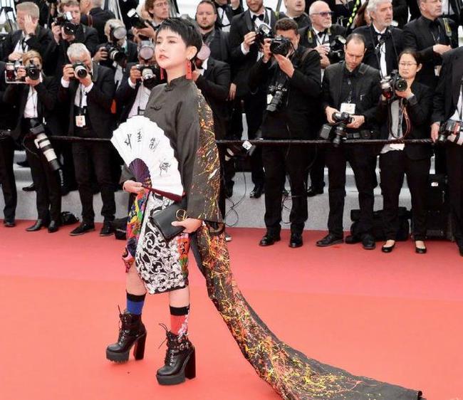 """Loạt khách mời vô danh khiến thảm đỏ Cannes """"dậy sóng"""": Ăn mặc lố lăng, có người còn uốn éo khoe luôn vòng 1 - Ảnh 16."""