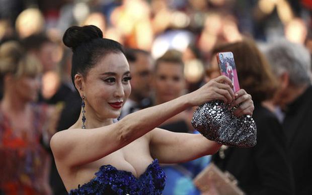 """Loạt khách mời vô danh khiến thảm đỏ Cannes """"dậy sóng"""": Ăn mặc lố lăng, có người còn uốn éo khoe luôn vòng 1 - Ảnh 10."""