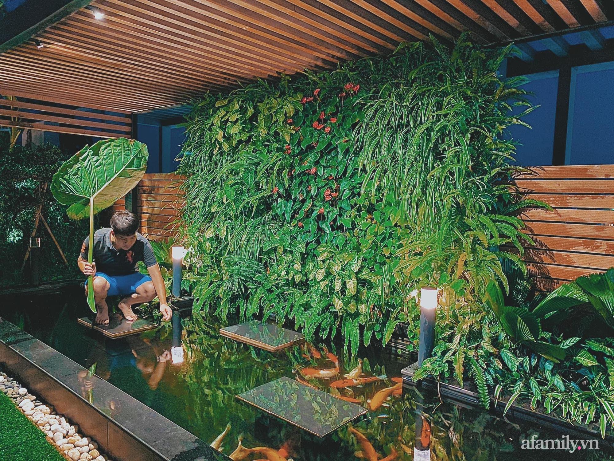 """""""Hồ sen"""" với đủ loại hoa hiếm trên penthouse 300m² của travel blogger dành tặng vợ ở Hà Nội - Ảnh 8."""