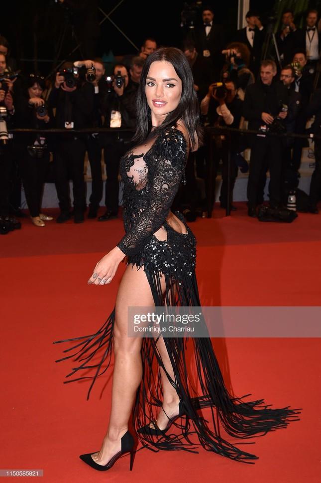 """Loạt khách mời vô danh khiến thảm đỏ Cannes """"dậy sóng"""": Ăn mặc lố lăng, có người còn uốn éo khoe luôn vòng 1 - Ảnh 8."""