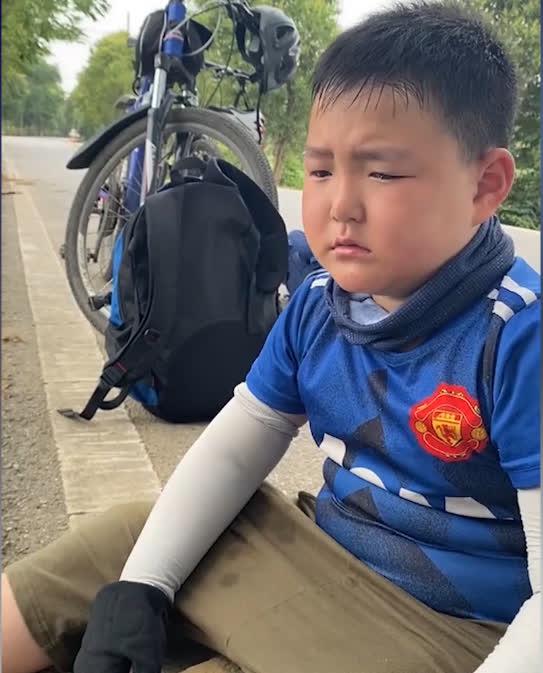 Bố bắt con trai 8 tuổi đạp xe 150 cây số trong 3 ngày để về nhà ngoại, nhìn hành trình của hai bố con mà ai cũng nể - Ảnh 4.