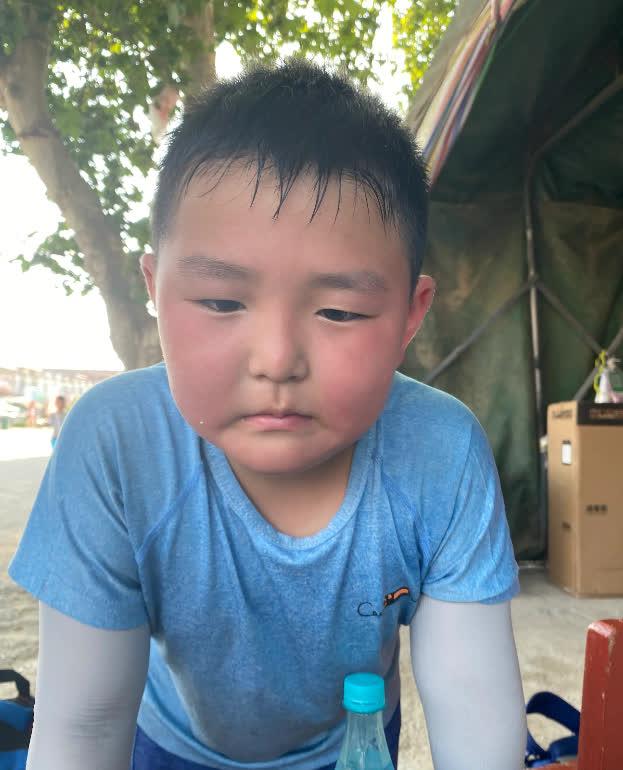 Bố bắt con trai 8 tuổi đạp xe 150 cây số trong 3 ngày để về nhà ngoại, nhìn hành trình của hai bố con mà ai cũng nể - Ảnh 2.