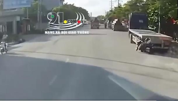 Cô gái trẻ chạy xe máy đâm thẳng đuôi container đỗ bên đường, hiện trường gặp nạn khiến tất cả ám ảnh - Ảnh 2.