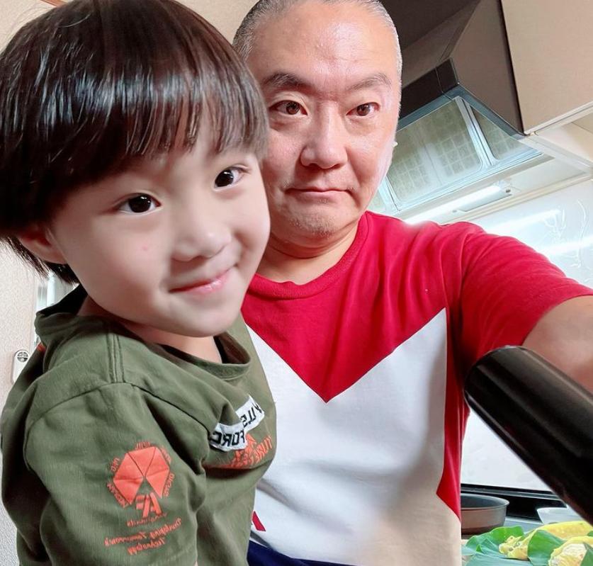 Cuối tuần của hội hot mom: Bé Sa nhà Quỳnh Trần JP có diện mạo khác lạ, con gái MC Minh Trang háo hức về vườn vặt khế đem phơi - Ảnh 1.
