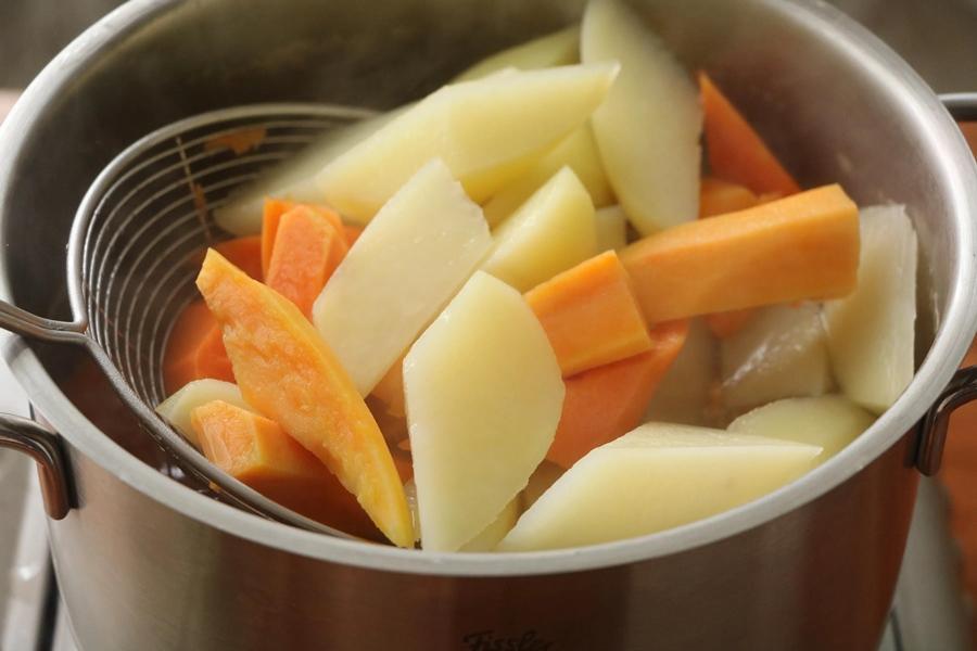 Không mua được khoai lắc nữa thì tự vào bếp làm, hóa ra vừa dễ vừa ngon hơn hẳn! - Ảnh 4.