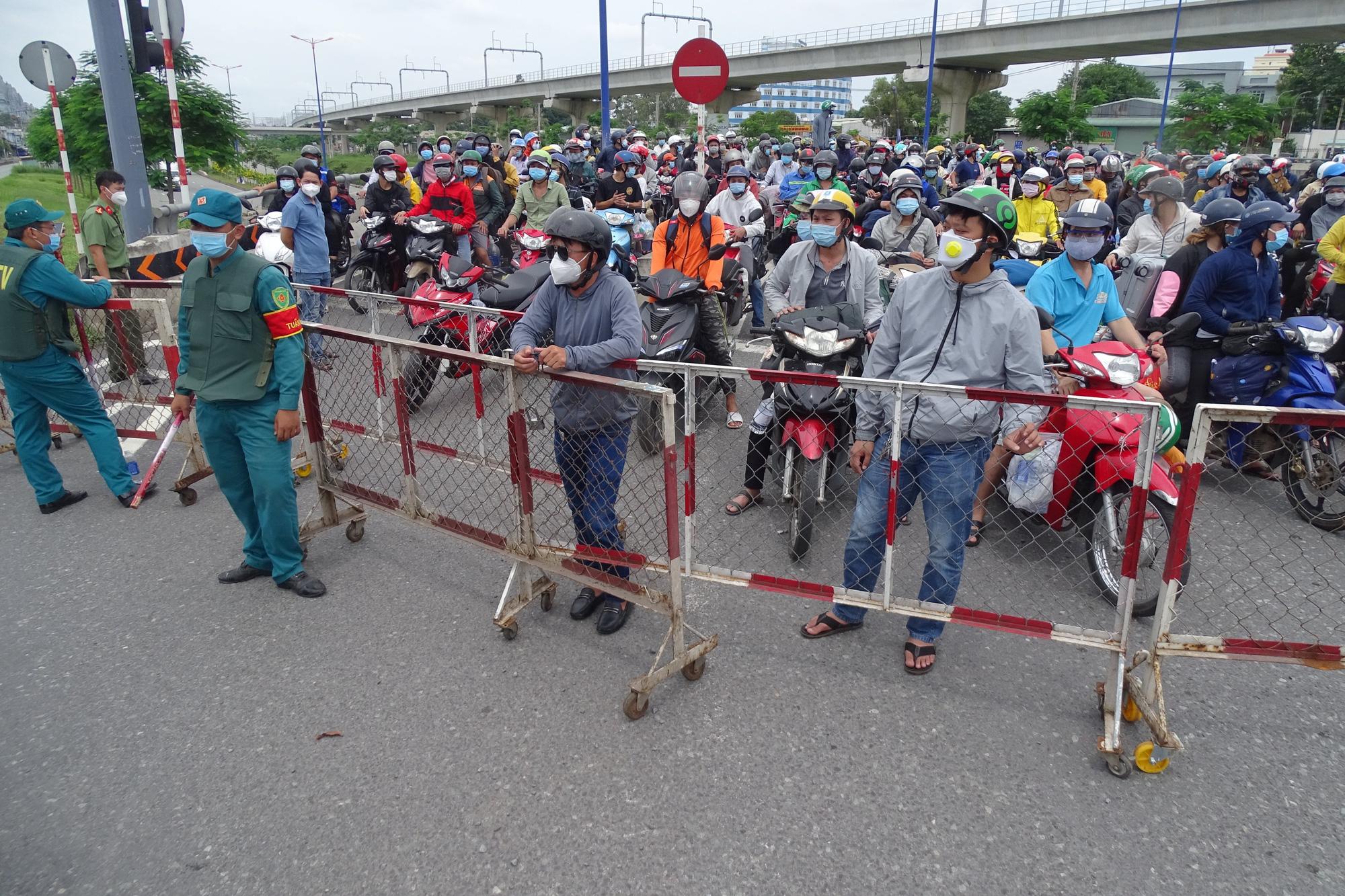 Hàng ngàn người về quê phải quay đầu xe tại cửa ngõ TP HCM - Ảnh 1.