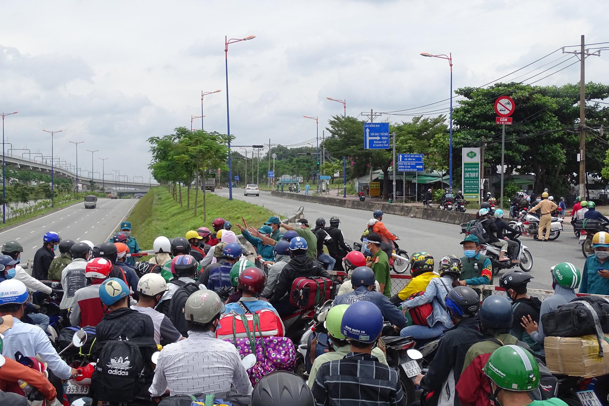 Hàng ngàn người về quê phải quay đầu xe tại cửa ngõ TP HCM - Ảnh 4.