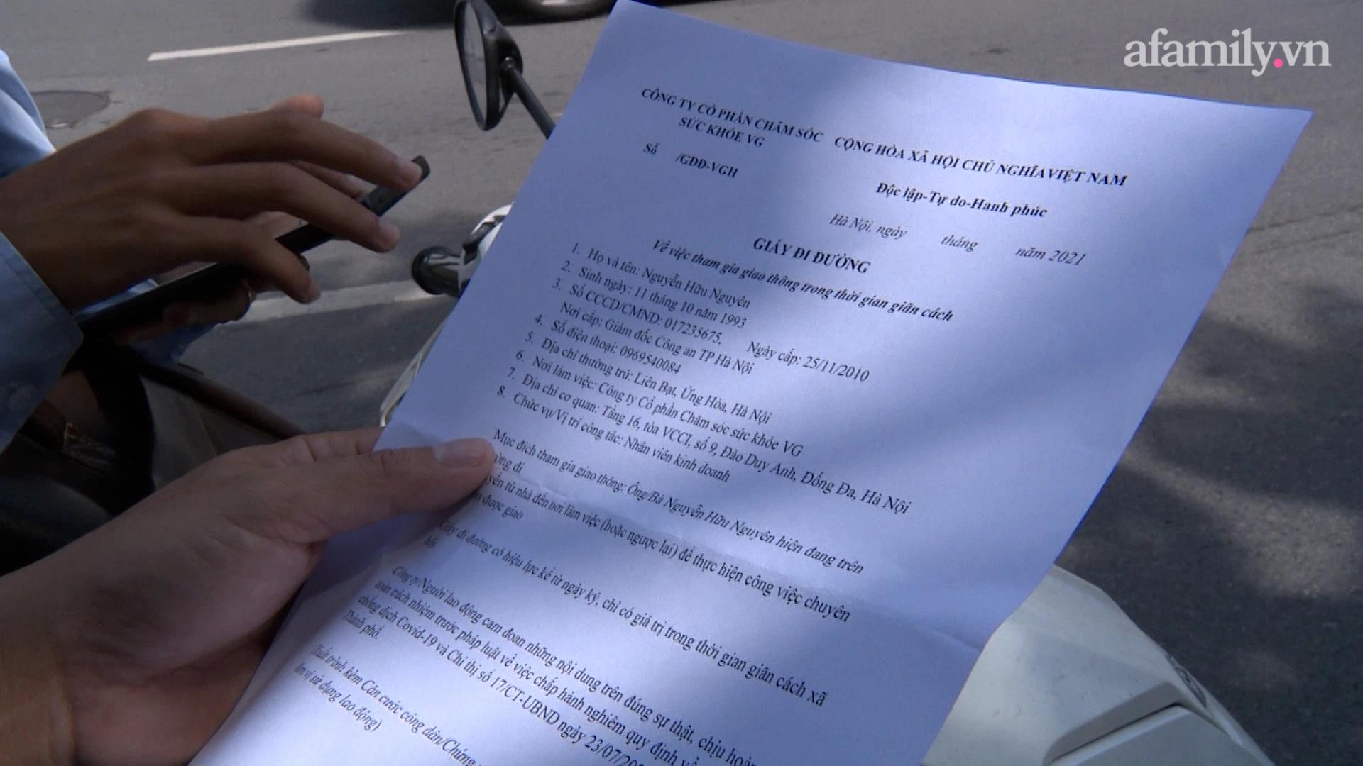 Một nam thanh niên dùng giấy tờ không ghi rõ ngày, tháng