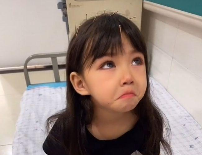 """""""Thiên thần câm lạc xuống trần gian"""": Đằng sau gương mặt xinh đẹp là bi kịch mà bé gái 5 tuổi phải gánh chịu suốt đời - Ảnh 2."""