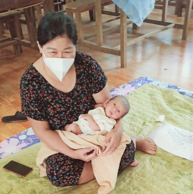 Mẹ mắc COVID-19, bố phải cách ly, bé sơ sinh lớn lên bằng bầu sữa xóm giềng - Ảnh 1.