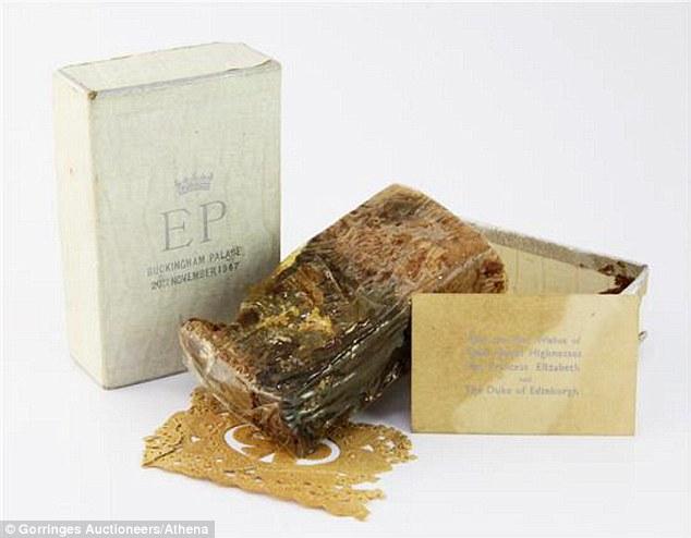 Điều ít biết về chiếc bánh cưới của Nữ hoàng Anh, ẩn chứa bí mật đặc biệt sau 68 năm vẫn ăn được bình thường - Ảnh 3.
