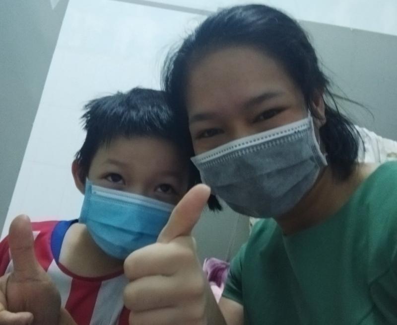 """Nữ điều dưỡng F0 xin ở lại khu điều trị làm """"bảo mẫu"""" cho các em nhỏ - Ảnh 2."""