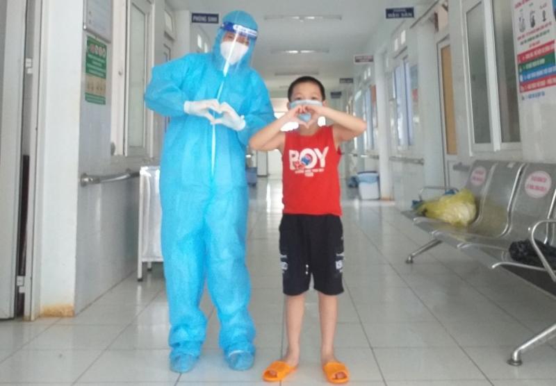 """Nữ điều dưỡng F0 xin ở lại khu điều trị làm """"bảo mẫu"""" cho các em nhỏ - Ảnh 1."""