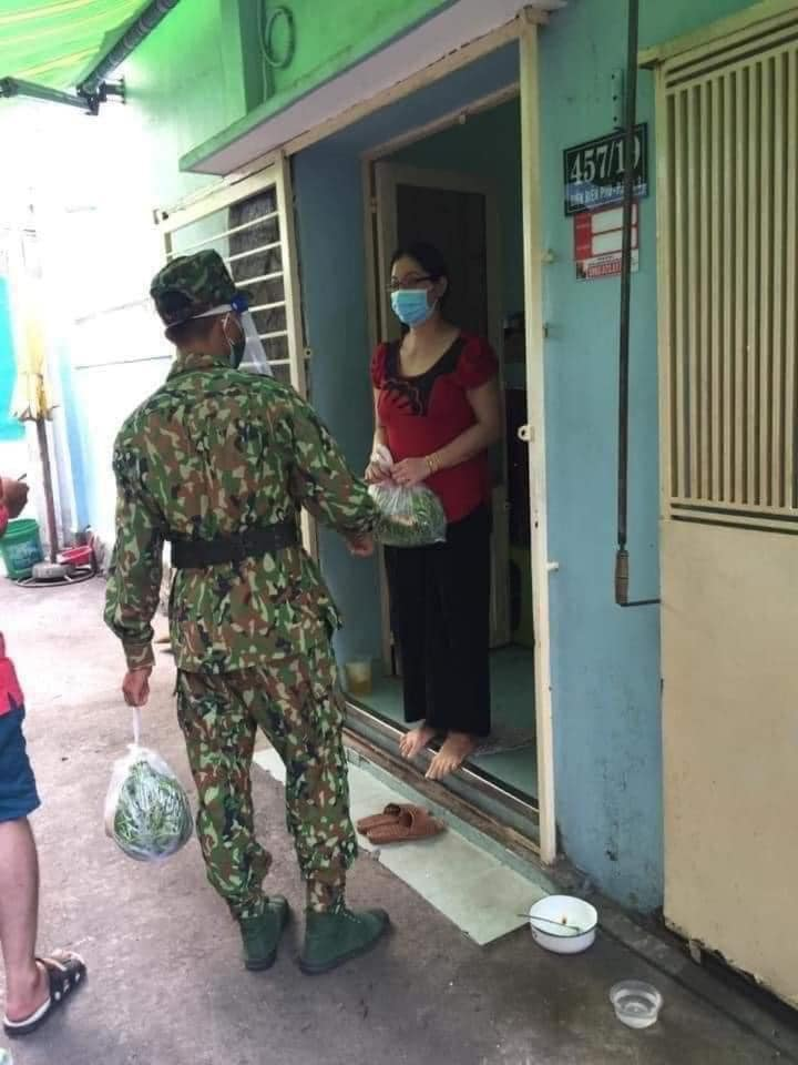 """Hình ảnh những """"anh nuôi"""" bộ đội bắt đầu đem lương thực, thực phẩm vào tận  nhà cho người dân khiến dân mạng thích thú"""