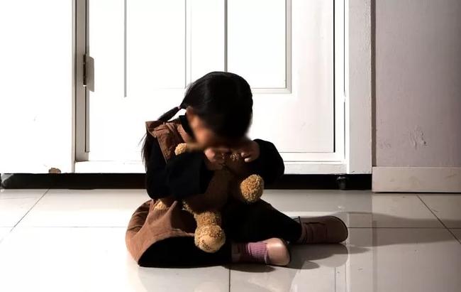Cha dượng xâm hại, giết con gái riêng 20 tháng tuổi nhét vào thùng đá: Lộ tin nhắn