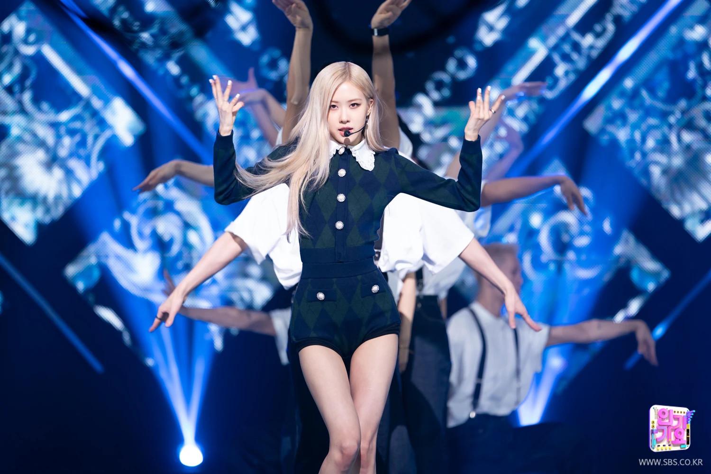 """Cosplay Rosé """"y xì đúc"""", Somi được netizen bênh vực nhưng fan vẫn lấn cấn bực bội với stylist - Ảnh 9."""