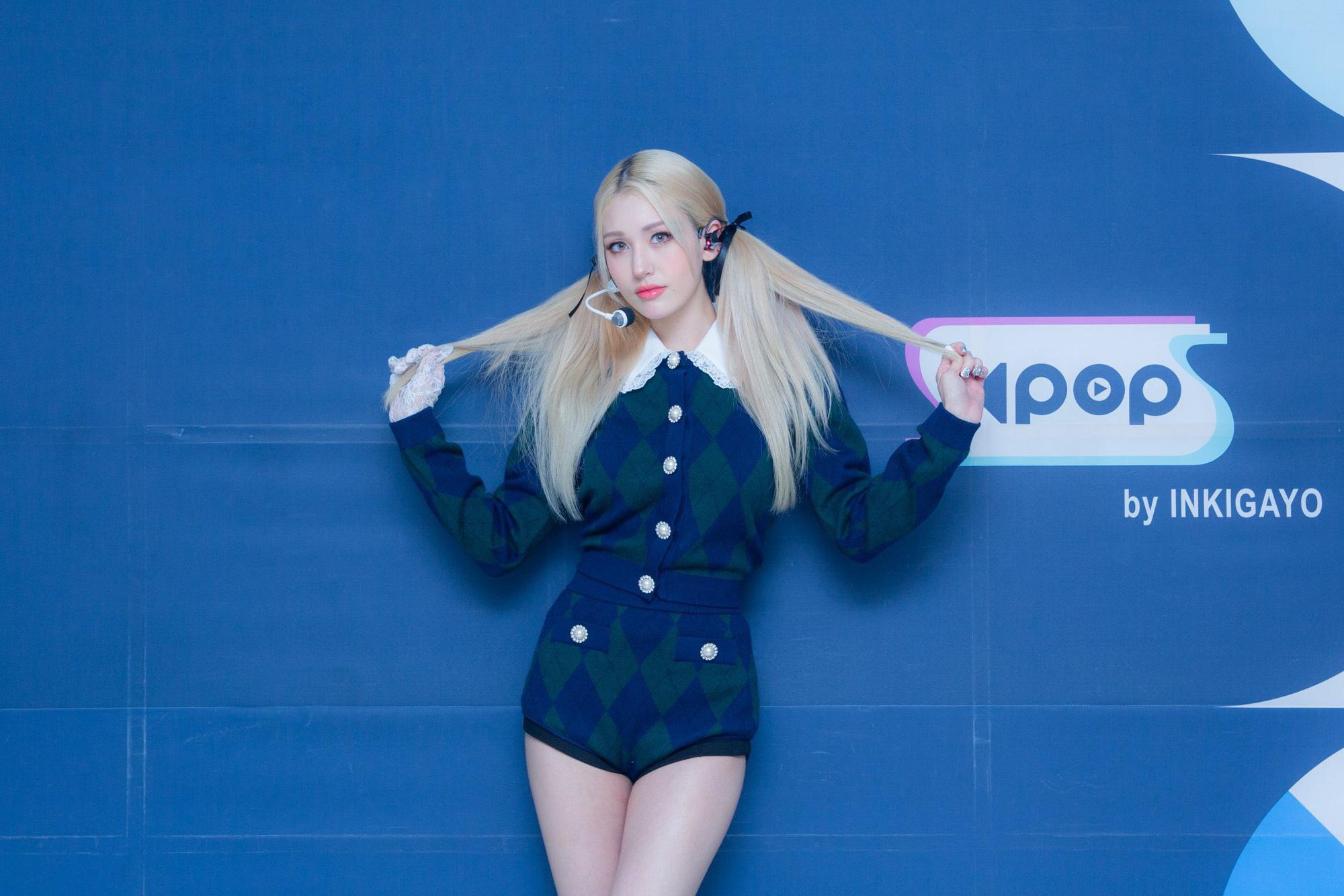 """Cosplay Rosé """"y xì đúc"""", Somi được netizen bênh vực nhưng fan vẫn lấn cấn bực bội với stylist - Ảnh 1."""