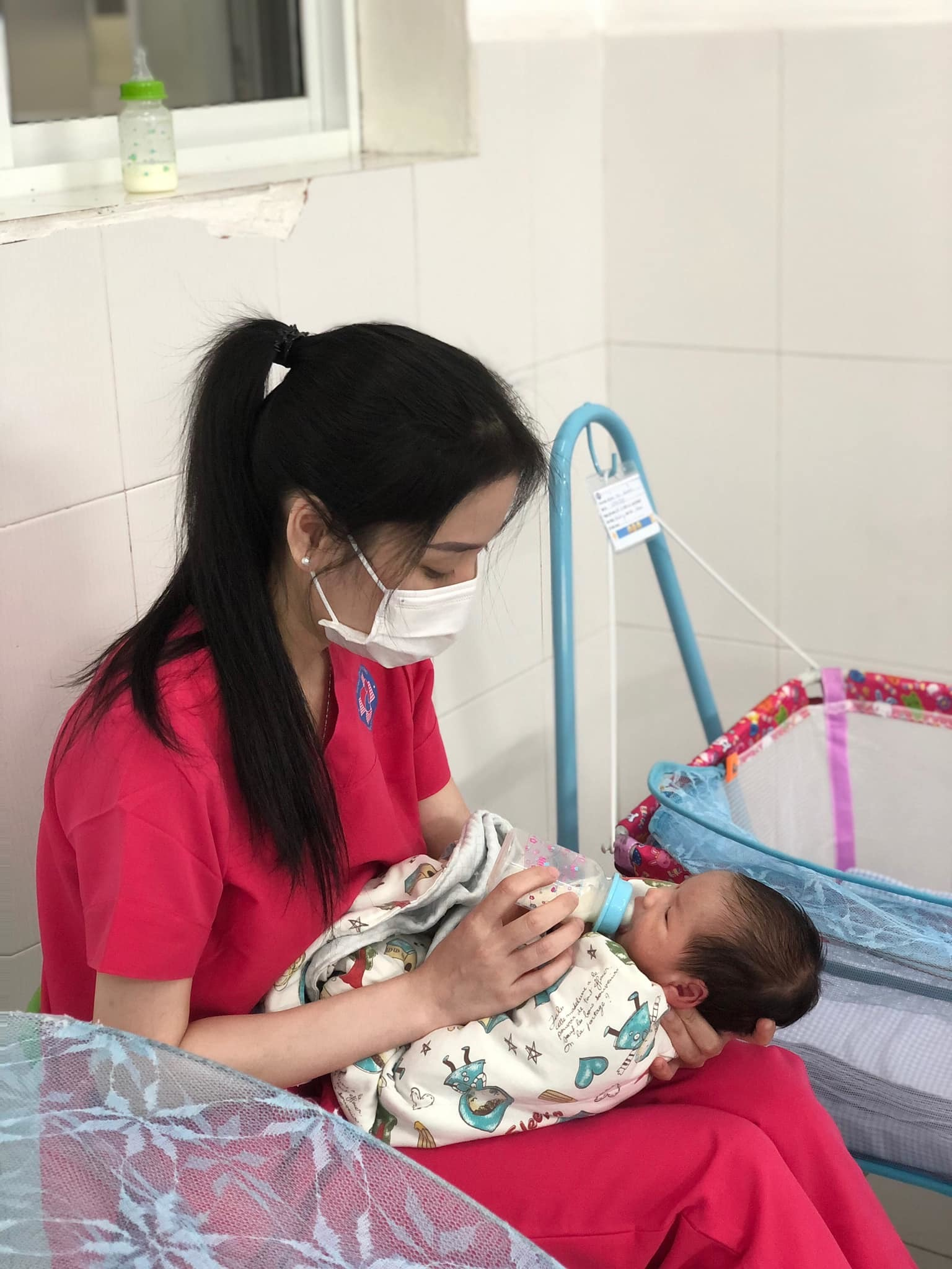 Nữ tiếp viên hàng không 'làm mẹ' hàng chục đứa trẻ sơ sinh có mẹ là F0 - Ảnh 3.