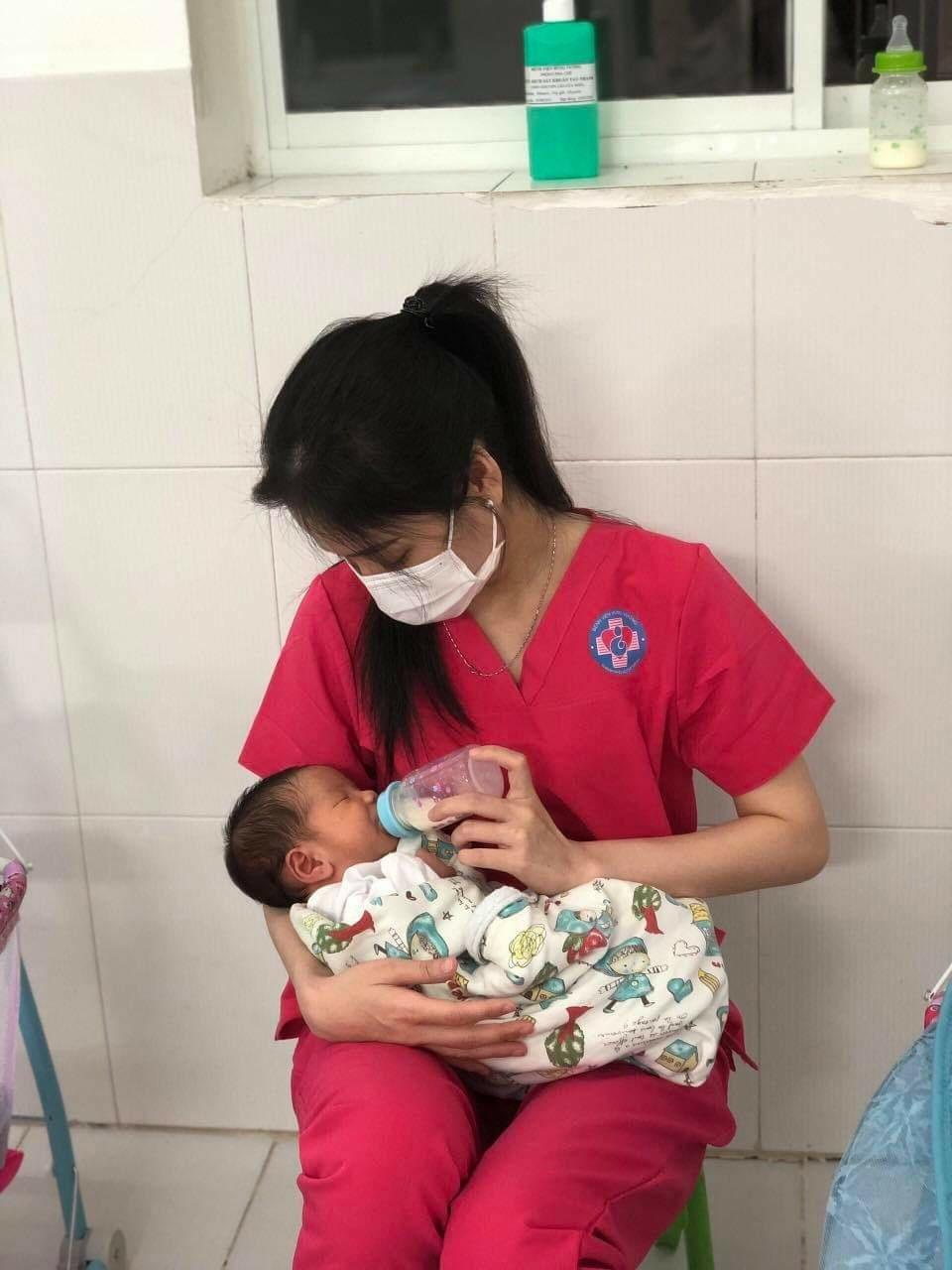 Nữ tiếp viên hàng không 'làm mẹ' hàng chục đứa trẻ sơ sinh có mẹ là F0 - Ảnh 2.