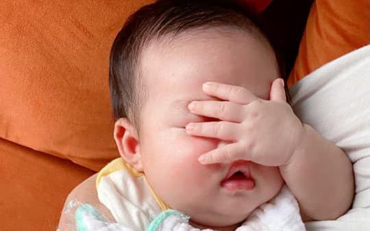 """Vy Oanh lần đầu khoe ảnh cận mặt con út sau lời hứa """"không dùng điện thoại ít nhất một tháng"""""""